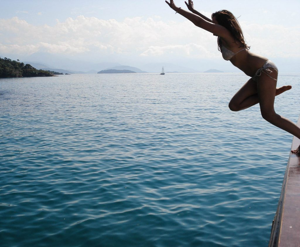 Lifestyle Enthusiast Travel Blog - Paraty Brasil - Boat Jump