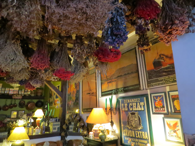 Lifestyle Enthusiast - Restaurant in Paris - Candles, Lampshades, Flowers