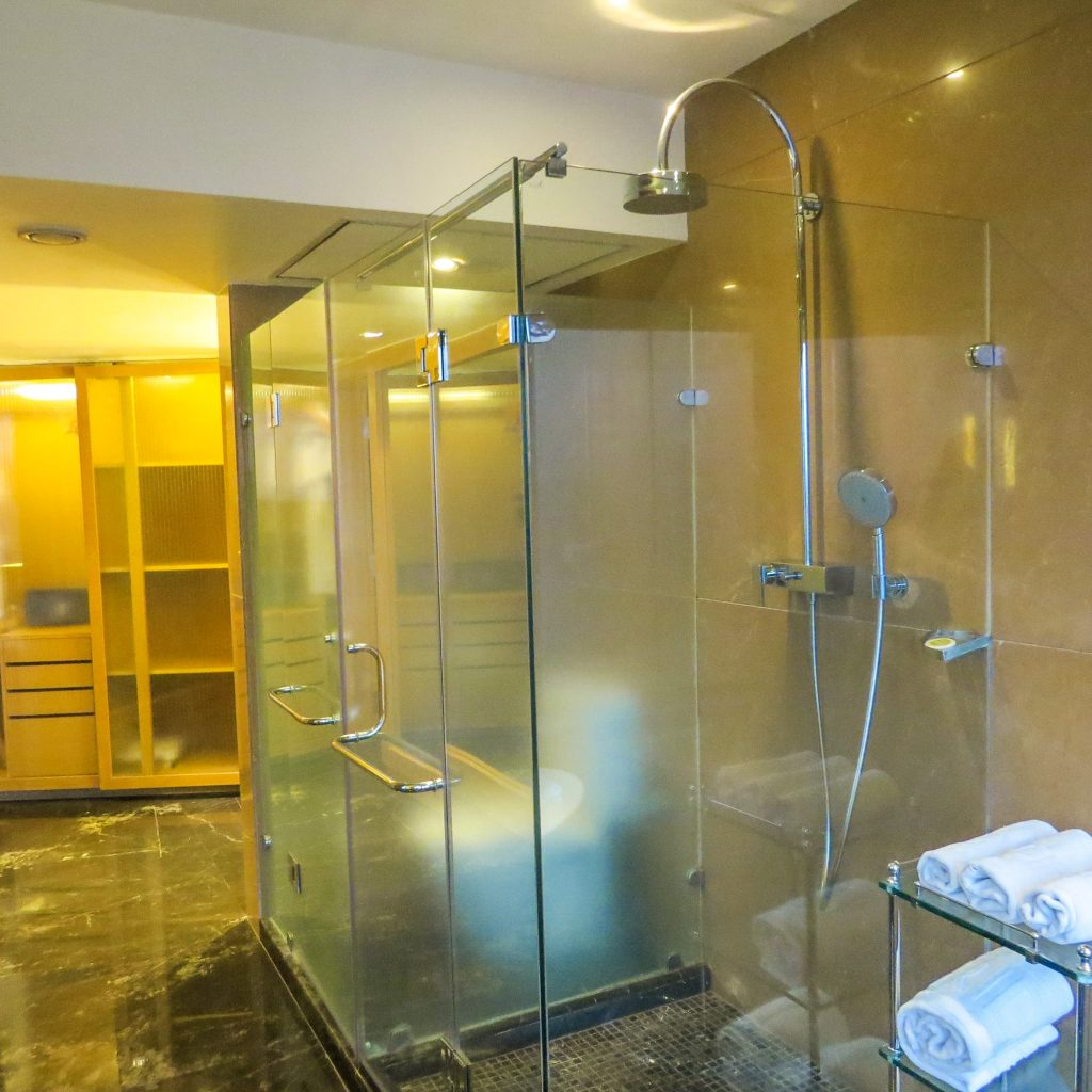 Lifestyle Enthusiast - Le Meridien Hotel New Delhi Suite Shower