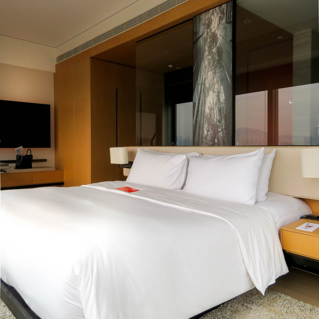 Lifestyle Enthusiast - East Hotel Hong Kong - Bed in Harbour Corner Room